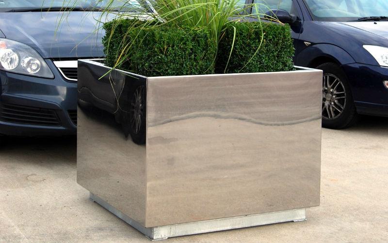 Realizziamo e installiamo vasi su misura in ferro, acciaio e legno a Milano.